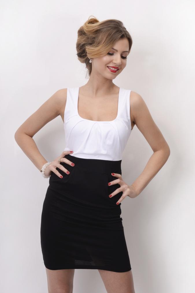 Šaty bez rukávů a řasením v dekoltu a bocích barva bílá/černá L/XL