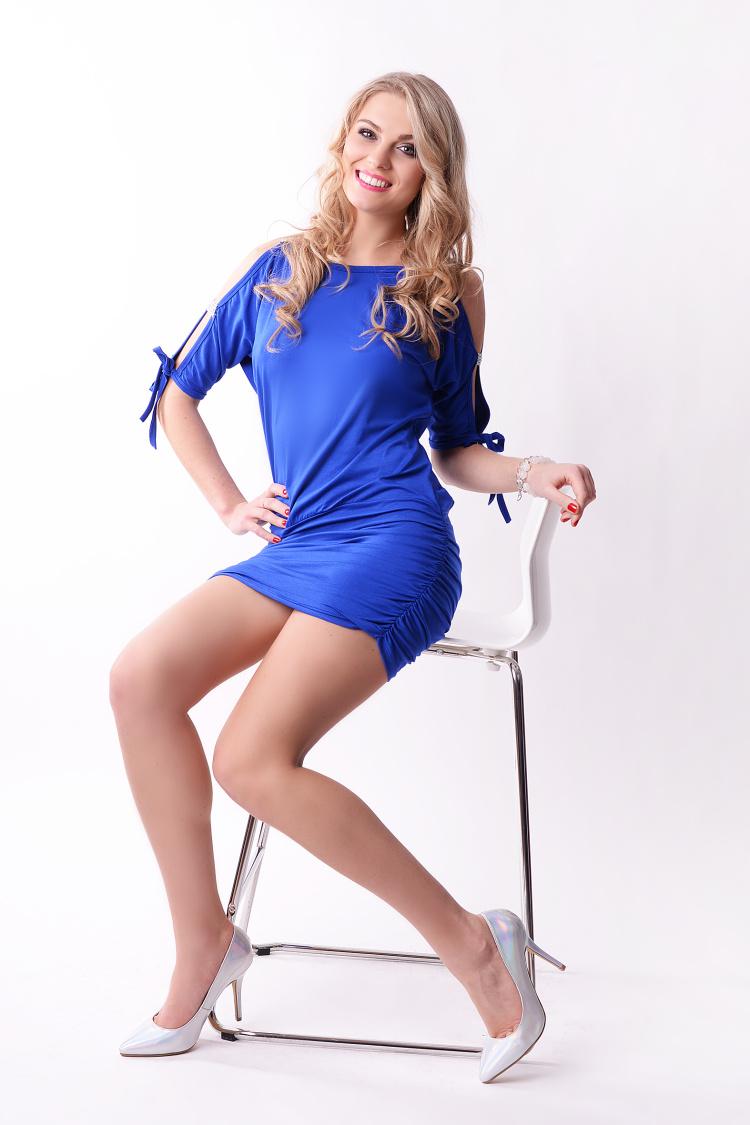 Krátké šaty s mašličkou a flitry na rukávech barva modrá