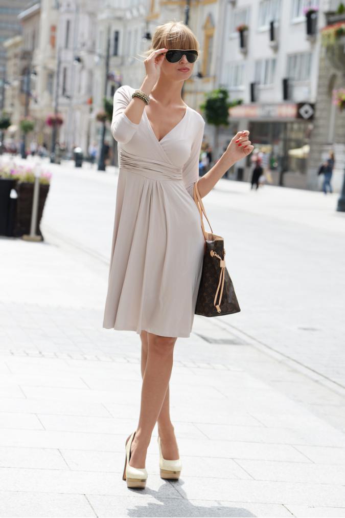Delší vycházkové šaty s tříčtvrtečním rukávem barva světle béžová